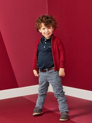 Look de moda: Cárdigan rojo, Camisa polo negra, Vaqueros grises, Zapatillas en marrón oscuro