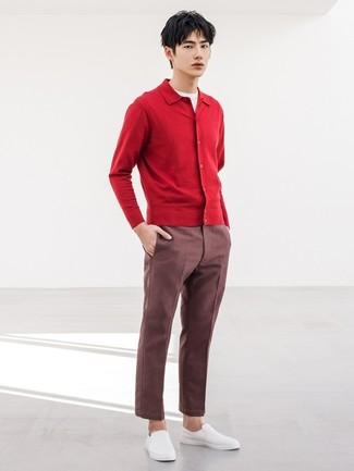 Cómo combinar: cárdigan rojo, camiseta con cuello circular blanca, pantalón chino burdeos, zapatillas slip-on blancas