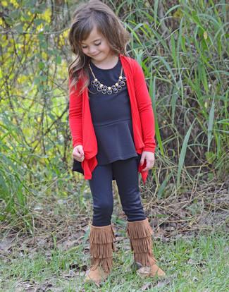 Look de moda: Cárdigan rojo, Camiseta de manga larga negra, Leggings negros, Botas ugg marrónes
