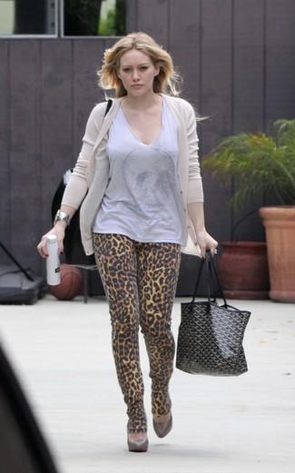 How to wear: beige cardigan, grey sleeveless top, khaki leopard skinny jeans, brown leather pumps