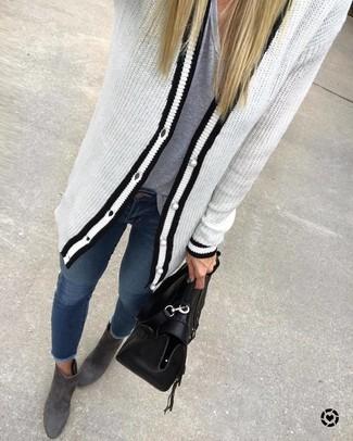 Harmonise un cardigan en tricot blanc et noir avec un jean skinny bleu marine pour affronter sans effort les défis que la journée te réserve. D'une humeur créatrice? Assortis ta tenue avec une paire de des bottines en daim grises foncées.