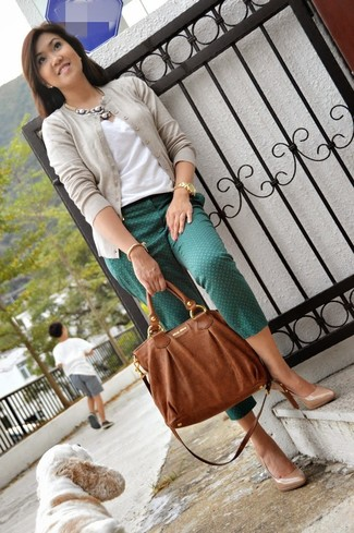 Harmonise un cardigan beige avec un bracelet doré pour un look idéal au travail. Assortis ce look avec une paire de des escarpins en cuir beiges.