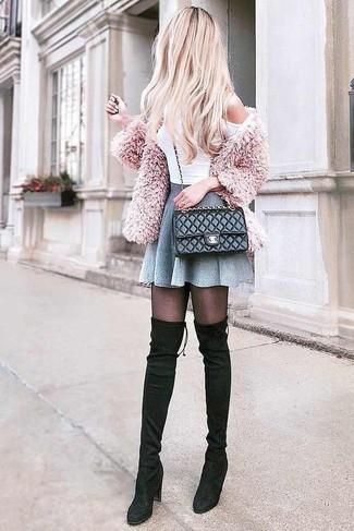 Cómo combinar: cárdigan de angora rosado, top con hombros descubiertos blanco, falda skater gris, botas sobre la rodilla de ante negras