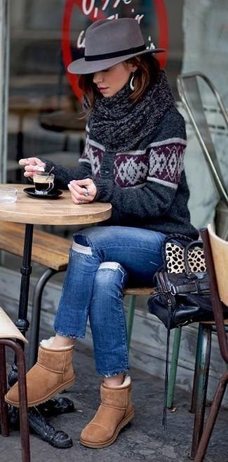 Cómo combinar: cárdigan estampado en gris oscuro, vaqueros desgastados azules, botas ugg marrón claro, bolsa tote de cuero negra