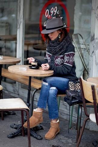 Cómo combinar: cárdigan de grecas alpinos en gris oscuro, vaqueros pitillo desgastados azules, botas ugg marrón claro, bolso de hombre de cuero en marrón oscuro