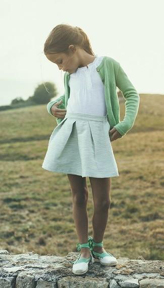 Cómo combinar: cárdigan verde, camiseta blanca, falda en verde menta, bailarinas en verde menta