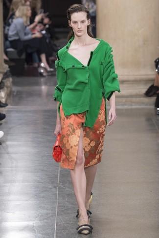 Cómo combinar: cárdigan verde, falda lápiz con print de flores naranja, zapatos de tacón de cuero marrónes, cartera sobre de cuero naranja