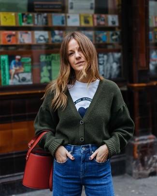 Cómo combinar: cárdigan de punto verde oscuro, camiseta con cuello circular estampada en blanco y azul, vaqueros azules, mochila con cordón de cuero roja