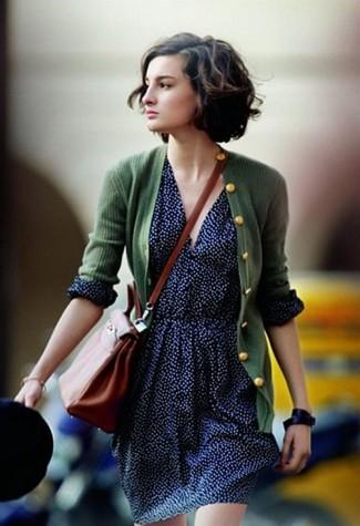 Cómo combinar: cárdigan verde oscuro, falda skater a lunares azul marino, bolso bandolera de cuero en tabaco, reloj de cuero negro