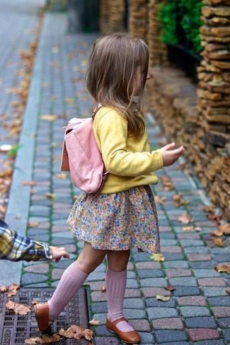 Cómo combinar: cárdigan amarillo, vestido rosado, bailarinas marrónes, mochila rosada
