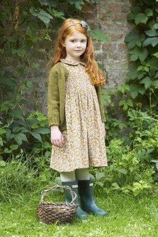 Cómo combinar: cárdigan verde oliva, vestido con print de flores en beige, botas de lluvia verde oscuro, cinta para la cabeza gris