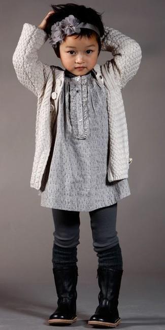 Cómo combinar: cárdigan en beige, vestido gris, botas de cuero negras, cinta para la cabeza gris