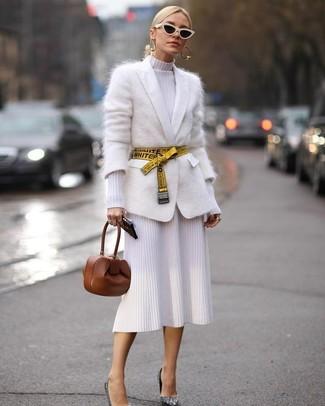 Cómo combinar: cárdigan de mohair blanco, vestido tubo de punto blanco, zapatos de tacón de lentejuelas plateados, cartera sobre de cuero marrón