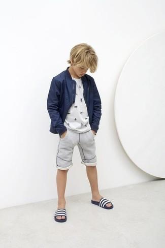 Cómo combinar: cazadora de aviador azul marino, camiseta blanca, pantalones cortos grises, sandalias en azul marino y blanco
