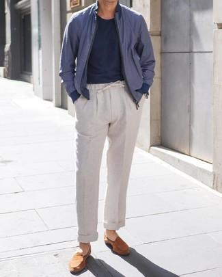 Cómo combinar: cazadora de aviador azul marino, camiseta con cuello circular azul marino, pantalón chino de lino gris, mocasín de ante en tabaco