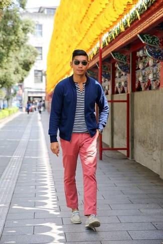 Cómo combinar: cazadora de aviador azul marino, camiseta henley de rayas horizontales en blanco y azul marino, pantalón chino rojo, náuticos de ante en beige