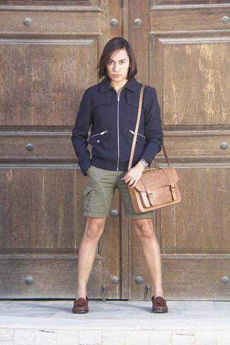 Cómo combinar: cazadora de aviador de lana azul marino, pantalones cortos verde oliva, mocasín con borlas de cuero en marrón oscuro, bolso mensajero de cuero marrón claro