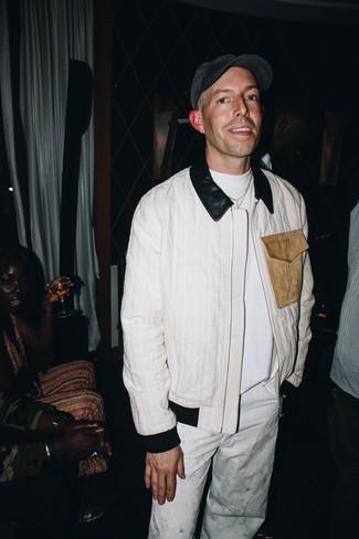 Cómo combinar: cazadora de aviador blanca, camiseta con cuello circular blanca, pantalón chino blanco, gorra de béisbol en gris oscuro