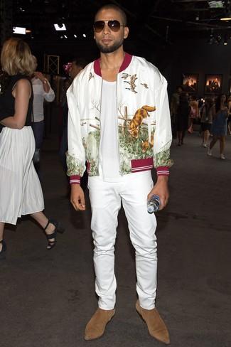 Cómo combinar: cazadora de aviador estampada blanca, camiseta con cuello circular blanca, vaqueros blancos, botines chelsea de ante marrón claro