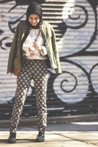 Una cazadora de aviador verde oscuro y unos pantalones de pijama geométricos negros y blancos son una opción buena para el fin de semana. Botas planas con cordones de cuero negras son una opción excelente para complementar tu atuendo.