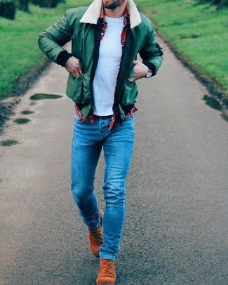Cómo combinar: cazadora de aviador verde, camisa de manga larga de tartán roja, camiseta con cuello circular celeste, vaqueros pitillo azules