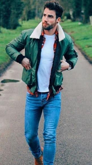 Cómo combinar: cazadora de aviador verde, camisa de manga larga de tartán roja, camiseta con cuello circular blanca, vaqueros azules
