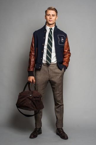 Cómo combinar: cazadora de aviador azul marino, camisa de manga larga blanca, pantalón de vestir de lana marrón, zapatos brogue de cuero en marrón oscuro