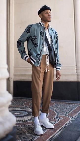 Cómo combinar: cazadora de aviador estampada celeste, camisa de manga larga de rayas verticales celeste, pantalón de vestir marrón, zapatos derby de cuero blancos