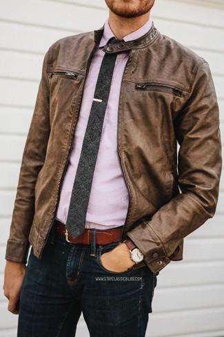 Cómo combinar: cazadora de aviador de cuero marrón, camisa de manga larga violeta claro, vaqueros negros, corbata en gris oscuro