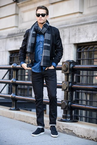 Cómo combinar: cazadora de aviador negra, camisa de manga larga azul, zapatillas slip-on azul marino, bufanda de tartán azul marino