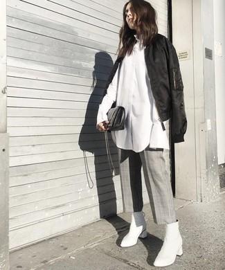 Cómo combinar: cazadora de aviador negra, camisa de vestir blanca, falda pantalón a cuadros gris, botines de cuero blancos