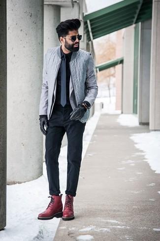 Cómo combinar: cazadora de aviador gris, camisa de vestir negra, pantalón chino negro, botas brogue de cuero burdeos