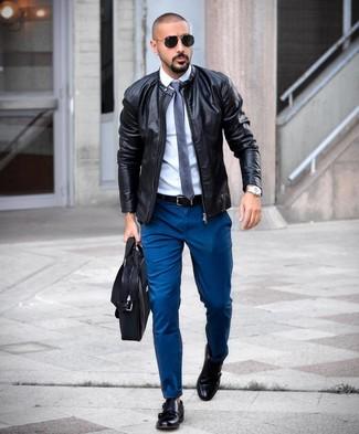 Cómo combinar: cazadora de aviador de cuero negra, camisa de vestir blanca, pantalón chino en verde azulado, zapatos con doble hebilla de cuero negros