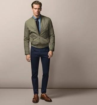 Cómo combinar: cazadora de aviador verde oliva, camisa de vestir de cambray celeste, pantalón chino azul marino, zapatos con doble hebilla de cuero marrónes