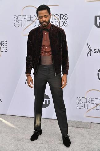 Cómo combinar: cazadora de aviador de terciopelo en marrón oscuro, camisa de vestir marrón, pantalón de vestir negro, zapatos derby de ante negros