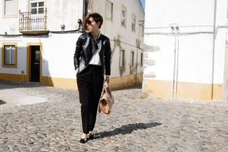 Cómo combinar: cazadora de aviador de cuero negra, camisa de vestir de seda blanca, pantalón de vestir negro, bailarinas de cuero en negro y marrón claro