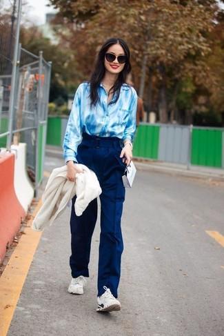 Cómo combinar: cazadora de aviador de forro polar blanca, camisa de vestir efecto teñido anudado celeste, pantalones anchos azul marino, deportivas blancas