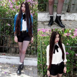 Cómo combinar: cazadora de aviador de cuero azul, camisa de vestir blanca, pantalones cortos negros, botas planas con cordones de cuero negras