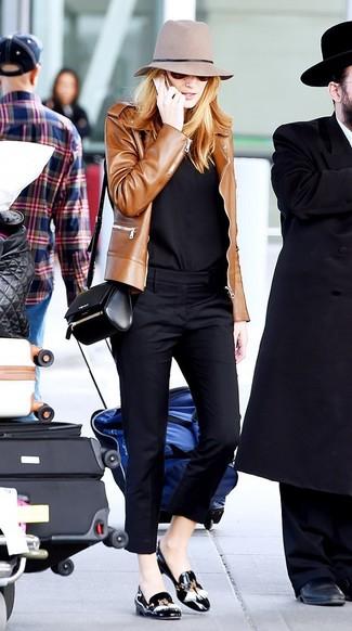 Cómo combinar: cazadora de aviador de cuero marrón, camisa de vestir negra, pantalones pitillo negros, mocasín con borlas de cuero negro