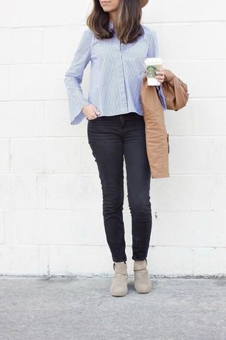 Cómo combinar: cazadora de aviador de cuero marrón claro, camisa de vestir de rayas verticales en blanco y azul, vaqueros pitillo negros, botines de ante en beige