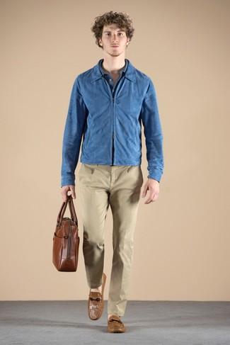 Cómo combinar: cazadora de aviador de ante azul, camisa polo azul, pantalón chino marrón claro, mocasín de cuero marrón claro