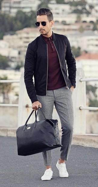 Cómo combinar: cazadora de aviador negra, camisa polo burdeos, pantalón de vestir de lana gris, tenis blancos