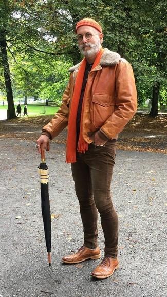 Cómo combinar: cazadora de aviador de cuero en tabaco, camisa polo burdeos, vaqueros pitillo en marrón oscuro, zapatos oxford de cuero marrónes