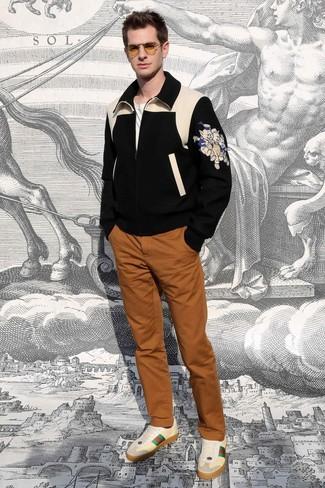 Cómo combinar: cazadora de aviador de lana estampada negra, camiseta con cuello circular blanca, pantalón chino en tabaco, tenis de cuero en beige
