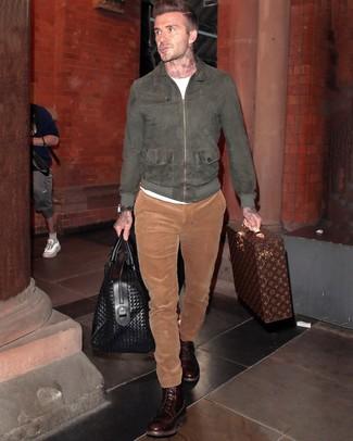 Look de David Beckham: Cazadora de aviador de ante en gris oscuro, Camiseta con cuello circular blanca, Pantalón chino de pana en tabaco, Botas casual de cuero en marrón oscuro