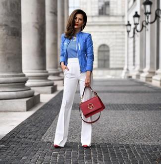 Cómo combinar: cazadora de aviador azul, camiseta con cuello circular de rayas horizontales en blanco y azul, pantalón de campana blanco, zapatos de tacón de cuero rojos
