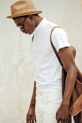 Una camiseta con cuello circular de vestir con un sombrero marrón ... 7edf03c2638