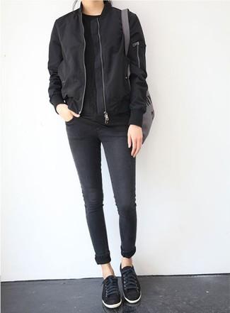 Cómo combinar: cazadora de aviador negra, camiseta con cuello circular negra, vaqueros pitillo negros, tenis negros