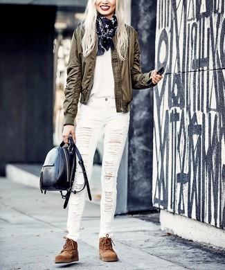 Cómo combinar: cazadora de aviador verde oliva, camiseta con cuello circular blanca, vaqueros pitillo desgastados blancos, botas planas con cordones de ante marrónes