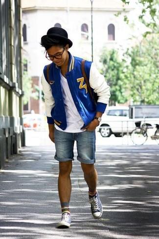 Cómo combinar: cazadora de aviador en blanco y azul, camiseta con cuello en v blanca, pantalones cortos vaqueros azules, zapatillas altas grises